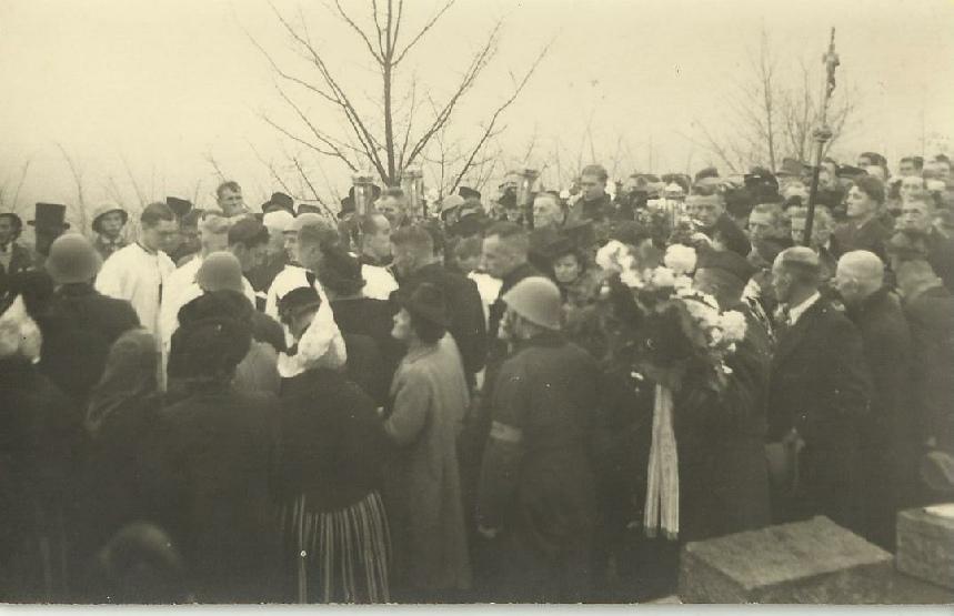 Foto van de begrafenis van Jan en Paul Conijn op de Katholieke Begraafplaats aan de Overweersepolderdijk. Jansje Tol Conijn - de moeder van beide jongens - kwam uit Volendam. Op de foto zie je Opoe Tol op haar rug.